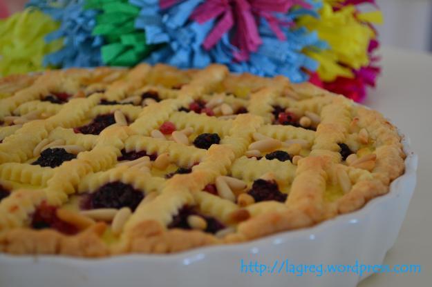 crostata della nonna con frutti di bosco