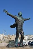 Polignano a mare - monumento a Modugno