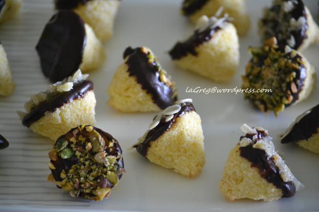 Tartufini al cocco con cioccolato, zenzero candito e pistacchi