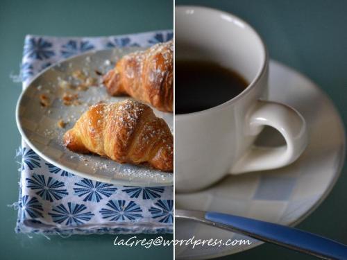 croissants sfogliati e caffè